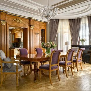 Стильный дизайн: гостиная-столовая в стиле современная классика с коричневыми стенами, светлым паркетным полом и бежевым полом - последний тренд