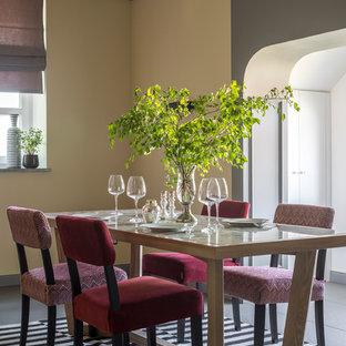 Свежая идея для дизайна: столовая в современном стиле с желтыми стенами и серым полом - отличное фото интерьера