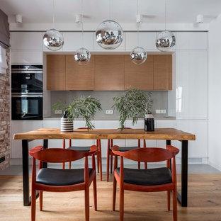 Стильный дизайн: гостиная-столовая в современном стиле с белыми стенами, паркетным полом среднего тона и коричневым полом - последний тренд