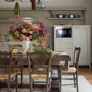 Неиссякаемый источник вдохновения для домашнего уюта: гостиная-столовая среднего размера в стиле современная классика с бежевыми стенами, полом из керамической плитки и коричневым полом