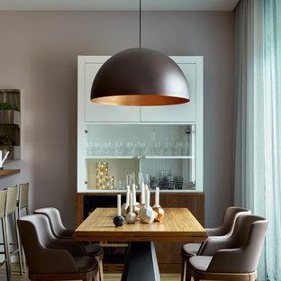 Неиссякаемый источник вдохновения для домашнего уюта: столовая среднего размера в современном стиле с серыми стенами и паркетным полом среднего тона без камина
