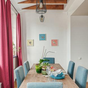 Идея дизайна: большая кухня-столовая в стиле неоклассика (современная классика) с белыми стенами, паркетным полом среднего тона и коричневым полом