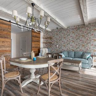 Inspiration för mellanstora shabby chic-inspirerade matplatser med öppen planlösning, med flerfärgade väggar, målat trägolv och brunt golv