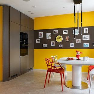 Пример оригинального дизайна: кухня-столовая в современном стиле с разноцветными стенами и бежевым полом