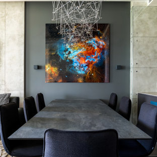 Стильный дизайн: столовая среднего размера в современном стиле с серыми стенами и серым полом - последний тренд