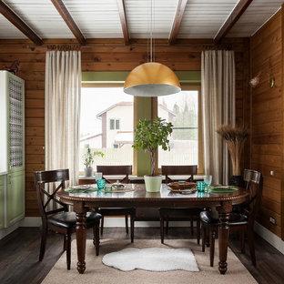 Идея дизайна: столовая в стиле рустика с коричневыми стенами, темным паркетным полом и коричневым полом