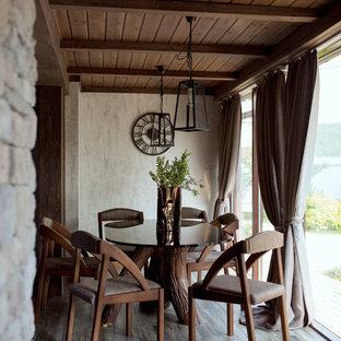 Стильный дизайн: маленькая столовая в стиле современная классика с бежевыми стенами и коричневым полом - последний тренд