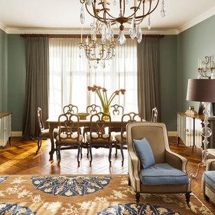 Новые идеи обустройства дома: столовая в классическом стиле с паркетным полом среднего тона и зелеными стенами