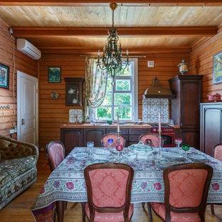 Неиссякаемый источник вдохновения для домашнего уюта: гостиная-столовая в стиле рустика с паркетным полом среднего тона без камина