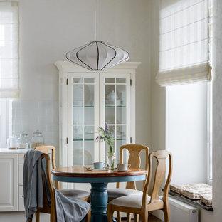 На фото: маленькая столовая в классическом стиле с серыми стенами и коричневым полом без камина с