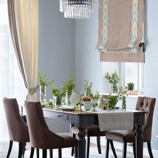 Ispirazione per una sala da pranzo aperta verso il soggiorno chic di medie dimensioni con pareti grigie, pavimento in laminato e pavimento beige