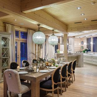 Новые идеи обустройства дома: кухня-столовая в стиле рустика с бежевыми стенами и светлым паркетным полом