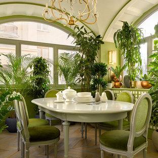 Свежая идея для дизайна: столовая в стиле современная классика с зелеными стенами, паркетным полом среднего тона и разноцветным полом - отличное фото интерьера