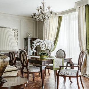 Стильный дизайн: гостиная-столовая в классическом стиле с серыми стенами, паркетным полом среднего тона и коричневым полом - последний тренд
