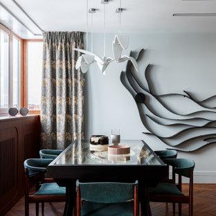 На фото: столовые с серыми стенами, темным паркетным полом и коричневым полом