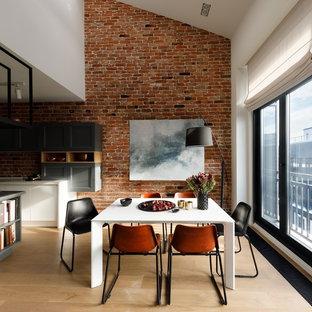 На фото: гостиные-столовые в стиле лофт с коричневыми стенами, светлым паркетным полом и бежевым полом