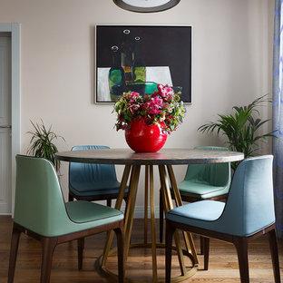 Свежая идея для дизайна: столовая среднего размера в современном стиле с паркетным полом среднего тона, бежевыми стенами и коричневым полом - отличное фото интерьера