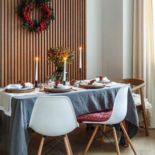 На фото: гостиная-столовая в современном стиле с белыми стенами и светлым паркетным полом с