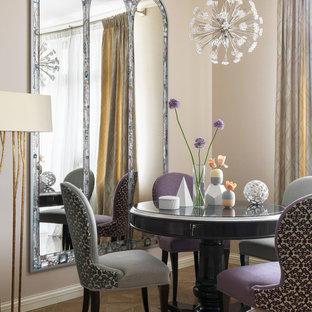 На фото: столовые в стиле современная классика с бежевыми стенами и светлым паркетным полом без камина