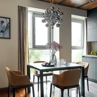 Idéer för ett mellanstort modernt kök med matplats, med beige väggar, mellanmörkt trägolv och brunt golv