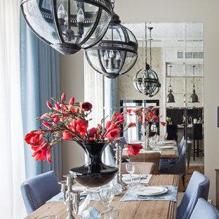 На фото: гостиные-столовые в стиле современная классика с бежевыми стенами