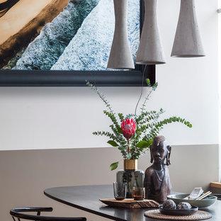 Cette photo montre une salle à manger ouverte sur la cuisine tendance de taille moyenne avec un mur gris, un sol en bois brun et un sol jaune.