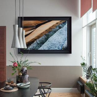 Ispirazione per una sala da pranzo aperta verso la cucina contemporanea di medie dimensioni con pareti grigie, pavimento in legno massello medio e pavimento giallo