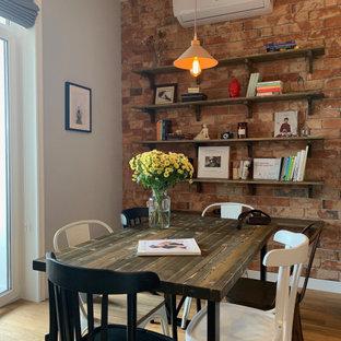 Свежая идея для дизайна: столовая среднего размера в современном стиле с красными стенами, коричневым полом и кирпичными стенами - отличное фото интерьера