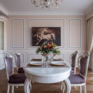 Идея дизайна: отдельная столовая среднего размера в викторианском стиле с бежевыми стенами, паркетным полом среднего тона и коричневым полом