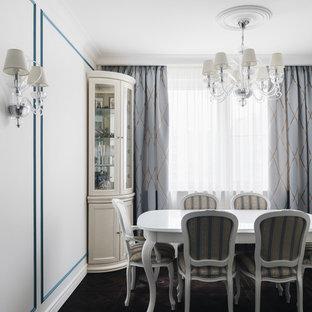 На фото: столовая в классическом стиле с разноцветными стенами, темным паркетным полом и коричневым полом без камина с