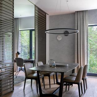 Идея дизайна: столовая в современном стиле с серыми стенами, светлым паркетным полом и бежевым полом