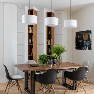 На фото: гостиная-столовая в современном стиле с белыми стенами, светлым паркетным полом и бежевым полом с