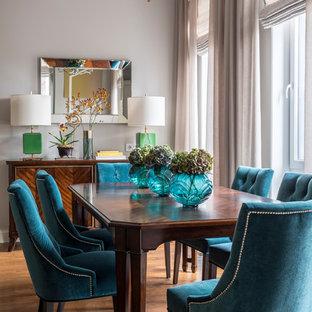 Стильный дизайн: столовая среднего размера в стиле современная классика с серыми стенами, паркетным полом среднего тона и коричневым полом - последний тренд