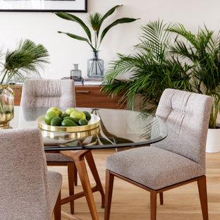 На фото: столовая в современном стиле с белыми стенами, светлым паркетным полом и бежевым полом