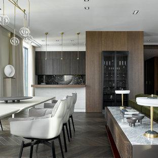 Идея дизайна: большая гостиная-столовая в современном стиле с коричневым полом
