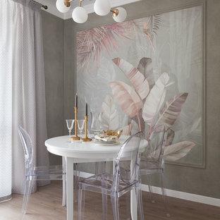 Imagen de comedor clásico renovado, pequeño, sin chimenea, con suelo laminado, suelo beige y paredes multicolor