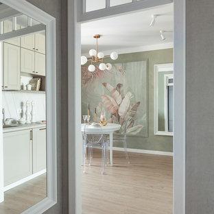 Modelo de comedor de cocina tradicional renovado, pequeño, con paredes verdes, suelo laminado y suelo beige
