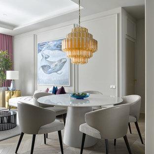 Неиссякаемый источник вдохновения для домашнего уюта: гостиная-столовая в современном стиле с серыми стенами и светлым паркетным полом без камина