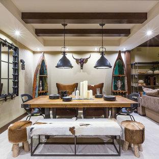 На фото: гостиные-столовые в стиле фьюжн с бежевыми стенами, светлым паркетным полом и белым полом