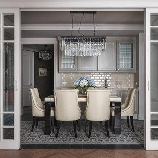 Свежая идея для дизайна: кухня-столовая в стиле современная классика с серым полом и бежевыми стенами - отличное фото интерьера