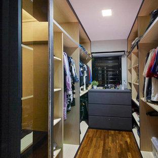 Foto di una piccola cabina armadio unisex contemporanea con nessun'anta, ante in legno scuro e pavimento in compensato