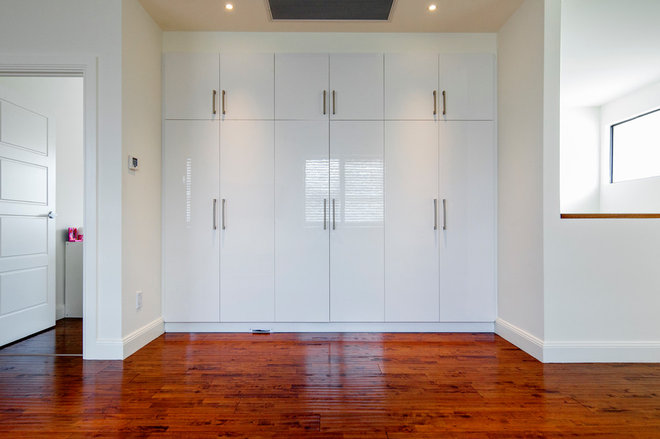 Modern Closet by Watermayne Projects