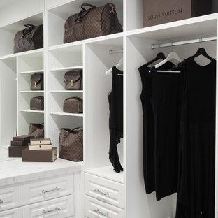 Modelo de armario vestidor contemporáneo, pequeño, con armarios estilo shaker, puertas de armario blancas y moqueta