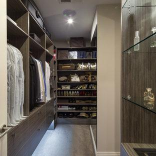 Idee per una cabina armadio unisex design con ante lisce, ante in legno bruno, pavimento in cemento e pavimento grigio