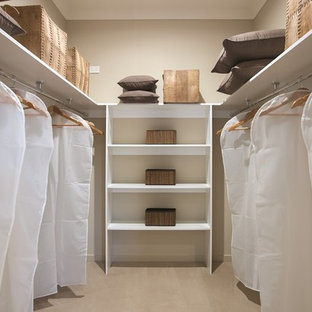 Imagen de armario vestidor unisex, exótico, de tamaño medio, con puertas de armario blancas y suelo de madera clara