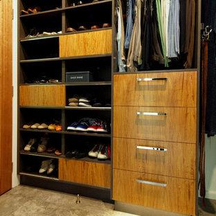 Diseño de armario vestidor unisex, moderno, de tamaño medio, con armarios abiertos, puertas de armario de madera oscura y suelo de mármol