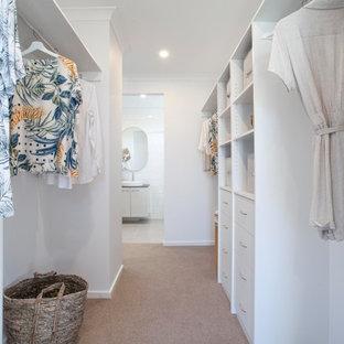 Cette photo montre un grand dressing exotique neutre avec moquette et un sol gris.