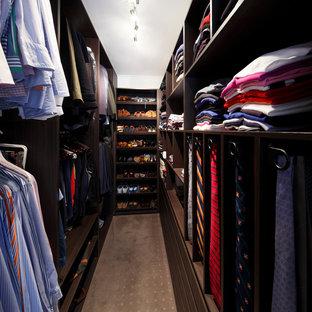 Ejemplo de armario vestidor de hombre, actual, pequeño, con armarios abiertos, puertas de armario de madera en tonos medios y moqueta