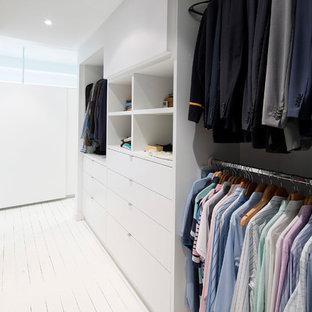 Kleiner, Neutraler Moderner Begehbarer Kleiderschrank mit gebeiztem Holzboden und weißen Schränken in Sydney
