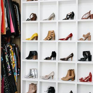 Imagen de armario vestidor de mujer, contemporáneo, de tamaño medio, con armarios abiertos, puertas de armario de madera oscura, moqueta y suelo gris